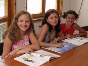Три девойки ученички