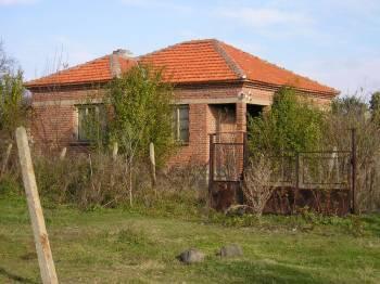 Неизмазана тухлена селска къща