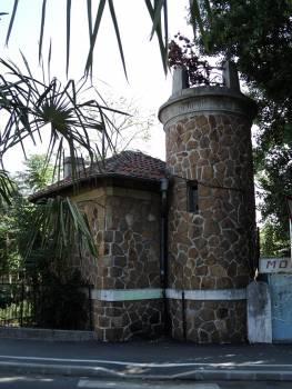 Декоративната кула до хотел